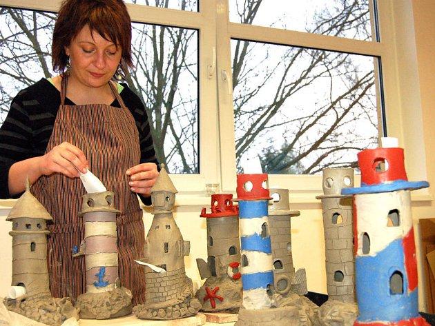 V rokycanském Domě dětí a mládeže opatrovala Tereza Černá bezmála měsíc majáky a věže, vyrobené šikovnými účastníky keramické dílny. V pátek se sejdou ženy a s nimi i dva kluci znovu, aby polotovary opatřili glazurou.