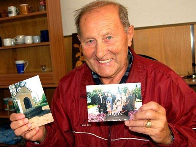 Josef Rajman se každoročně přesunuje  na čtvrt roku z Kanady do Rokycan. V levé ruce opatruje fotografii hrobky svých šlechtických předků a v pravé drží snímek rozvětveného rodinného týmu.