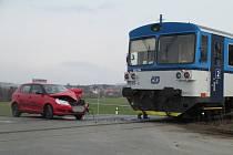 NECHRÁNĚNÝ PŘEJEZD v Sedlecku byl v sobotu odpoledne dějištěm dopravní nehody. Červená Škoda Fabia tu nabourala do lokálky na trase Radnice Chrást a provoz byl na pár hodin omezen.