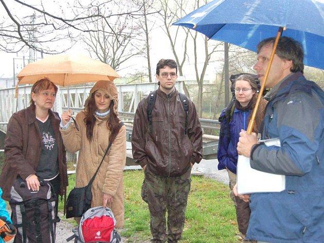 V  hustém dešti se v sobotu sešli dobrovolníci na úklid rokycanské Stráně. Význam lokality jim připomněl Petr Kraft (vpravo).