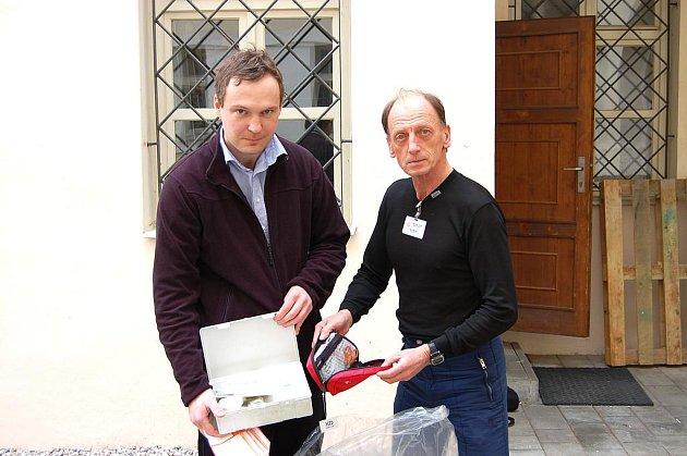 Jan Engler (vlevo) společně s Jánem Korytárem počítají celkový počet lékárniček odevzdaných v regionu.