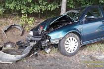 Takhle dopadl osobní vůz po srážce do stromu na silnici z Dobříva do Hůrek.
