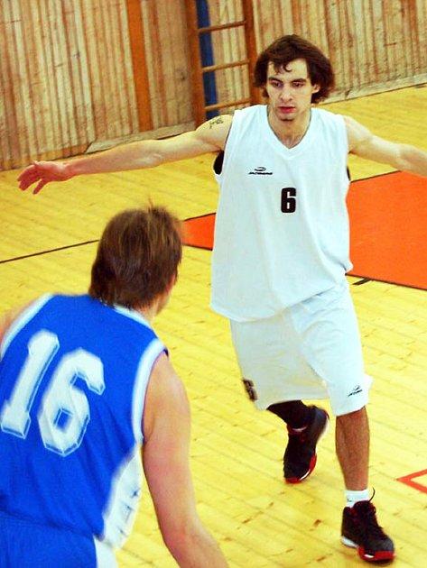 Bleskovým nástupem zlomili odpor Slavoje Plzeň basketbalisté Rokycan B. V utkání krajského přeboru vyhráli naši borci 90:62.