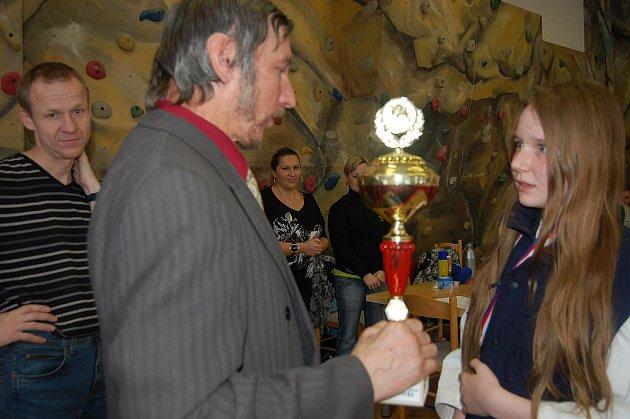S nejcennější trofejí odjížděla v sobotu z Rokycan Petra Popelová z Karate Hrádek. Pohár jí předal Václav Vaník za pořádající DDM Rokycany.