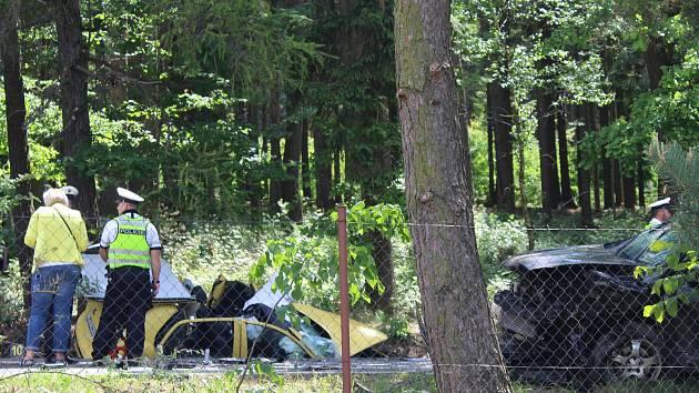Tragická nehoda se stala na silnici ze Šťáhlav do Rokycan.  Za Lhůtou vjel mladý policista v nissanu  do protisměru, kde se srazil se žlutou fabií, ve které jela 32letá žena od Šťáhlav.