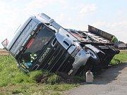Nehoda kamionu mezi Svojkovicemi a Volduchy