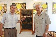 VČELU – coby  kouzelnici hmyzí říše – představuje v Muzeu dr. B. Horáka ZO Čs. svazu včelařů Rokycany. Na snímku z vernisáže jsou Jiří Petříček (vpravo) a Antonín Dvořák.