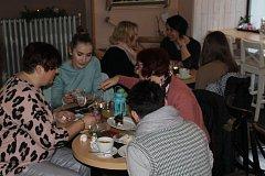 V obležení návštěvníků se ocitlo v neděli ráno osazenstvo rokycanské kavárny a restaurace PapáTo.