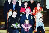 Rokycanská radnice se v sobotu stala dějištěm významného obřadu. Po padesáti letech si svůj svatební slib připomněli Marie a Václav Šmatlákovi z Kamenného Újezda.  Na snímku jsou se všemi  dětmi.