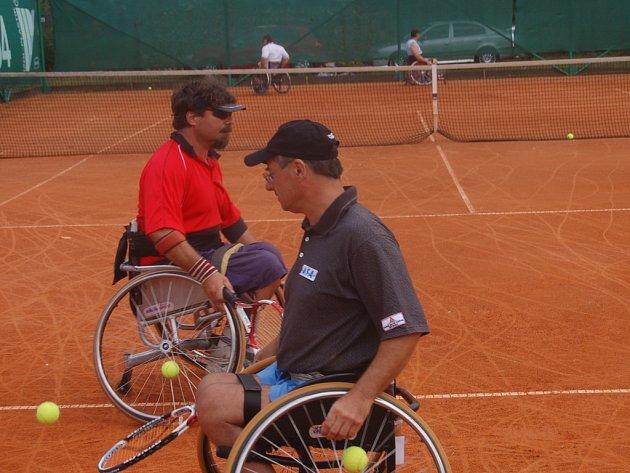 VOZÍČKÁŘI V RADNICÍCH. V  Radnicích včera odpoledne vrcholil dvoudenní turnaj tenistů, upoutaných na invalidní vozíky. jeho součástí byla kromě soutěže jednotlivců i čtyřhra a na snímku jsou finalisté Potůček s Haškem.