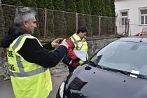 Asistenti Městské policie Rokycany včera úřadovali před poštou. Kontrolovali tam řidiče a zejména jejich parkování, které je časově omezeno.