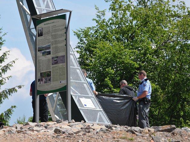Policisté a lékař zasahují na místě tragické události.