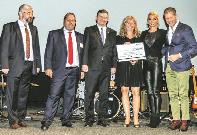 PŘEDSTAVITELÉ FIRMY DUVENBECK předali v přítomnosti rokycanského starosty Václava Kočího (uprostřed) šek s významnou finanční částku ředitelce Oblastní charity Aleně Drlíkové. Akt byl součástí mítinku představitelů společnosti z celé Evropy.