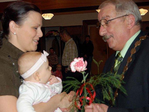 Starosta Jaroslav Perlík pozval na páteční podvečer patnáct malých Hrádečáků. Byla mezi nimi Eliška Pánková.