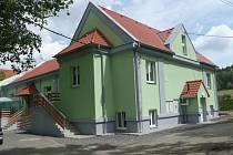 Zrekonstruovaná sokolovna v Kařezu.