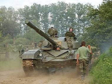 Na výjezd před desítky tisíc diváků se už dnes chystají posádky vojenských vozidel.