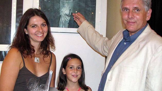 Prezident Rokycanského bienále grafiky Petr Kůs představil Evu Vasdekisovou z Atén (na  snímku se sestrou), která si přijela pro čestné uznání poroty.