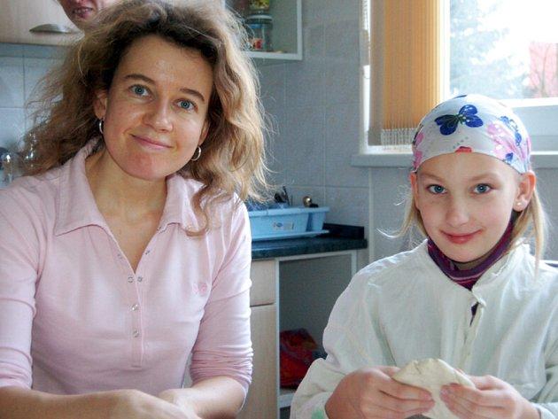 Radka Wirthová s dcerou Lindou se v sobotu zúčastnily předvánoční výroby mozaikových talířků a prostírání v Domě dětí a mládeže Rokycany.