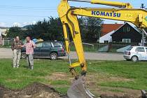 V Litohlavech zahájili první etapu výstavby víceúčelového hřiště.