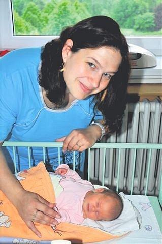 Julie BASLOVÁ z Dobříva se narodila 14. května ráno, ve čtyři hodiny a třicet tři minut. Manželé Jarmila a Aleš si přáli holčičku, protože doma už mají prvorozeného syna Dominika (3 roky). Julince sestřičky navážily 3250 gramů, naměřily 48 cm.