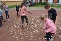 Dílo malých školáků - měsíček lékařský ztvárněný na 300 kamíncích...