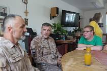 Návštěva vojáků sloužících v Afgánistánu potěšila klienty rokycanské Pohodičky