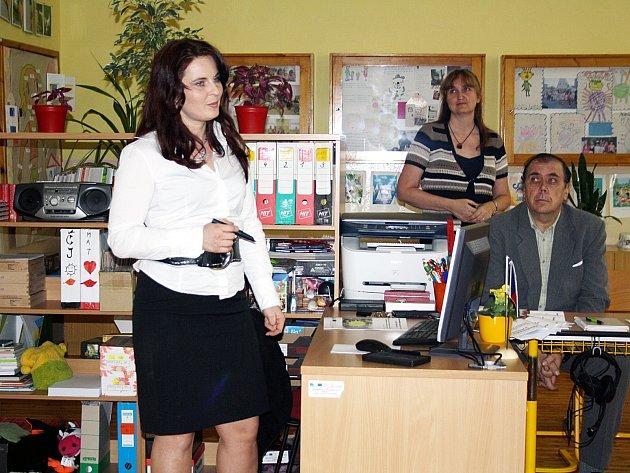 Základní škola Holoubkov je malotřídní, takže obsazenost vyučujícími není velká. Navzdory tomu se pustila do náročného projektu na podporu výuky angličtiny.
