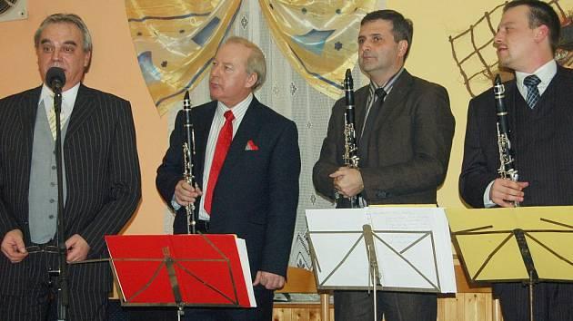 Sobotní koncert v Kařízku nadchl posluchače. V restauraci Pod kaštanem  se představili František Bláha (druhý zleva), Jan Oblíštil, Milan Polák a Miroslav Oblíštil.