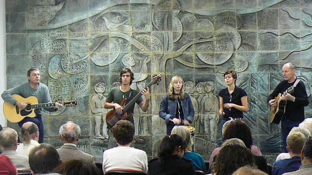Na vyhlášení výsledků literární soutěže Strašice Karla Vokáče vystoupila skupina Pěttet.