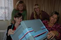 Mešno,16. října, 13.59 hodin. Čtyřčlenná volební komise v Mešně (vlevo sedí předsedkyně Monika Jelínková, vedle ní je Vendula Petrová a nad nimi Pavlína Brůhová s Věrou Pouskovou) se právě chystá odpečetit volební urnu.