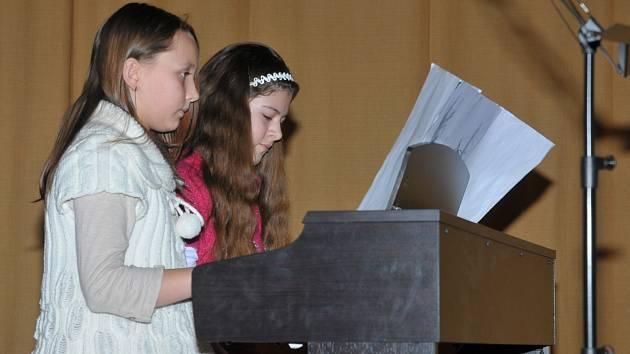 ČTYŘRUČNÍ HRU na klavír předvedly Kateřina Kosová (vlevo) a Adéla Budínová. Společně, a nutno dodat zdařile, rozehrály skladbu od Marthy Mier Blackburry Rag.