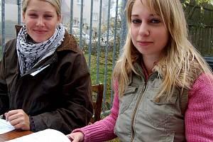 Prvním úkonem majitelů kníračů při klubové výstavě v Rokycanech byl zápis do startovní listiny. Na povel měly registraci padesáti účastníků Tereza Adamovská s Kristýnou Holubovou (zleva).
