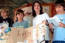 Na návštěvu hostů z Turecka se připravili školáci ze Strašic důkladně. Sedmáci Klára Dospělová, Pavel Čermák, Tomáš Gold a Ondřej Hrazdil (zleva) se pochlubili, co vědí o zemi na rozhraní dvou kontinentů. Čerpali přitom zejména z internetu.
