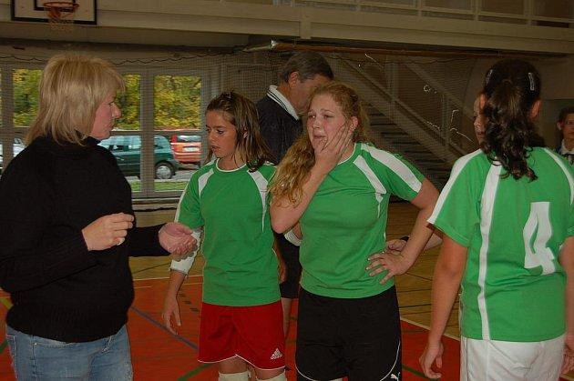Občas to 19. října bolelo. Reprezentantky čtyř škol okresu absolvovaly házenkářské finále. Hanka Koreisová z Čechovy ulice (vpravo) právě poznala tvrdou radnickou obranu.