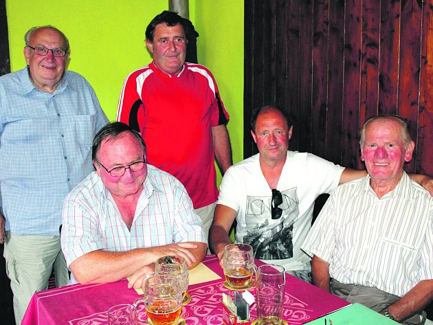 Nestoři hasičského sboru v Medovém Újezdu přebírali v sobotu ocenění při oslavě 120 let existence dobrovolné jednotky. Vpravo sedí dlouholetý starosta SDH Antonín Černík.