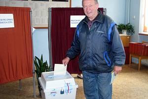 Jedním z prvních voličů, který přišel v rokycanském okrsku č.1 dát svůj hlas kandidátům, byl i Václav Berka.