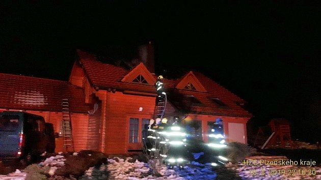 DOBROVOLNÍ APROFESIONÁLNÍ hasiči ze sedmi jednotek úřadovali vnoci na pondělí ve Sklené Huti. Hořela zde střecha roubeného rekreačního objektu.