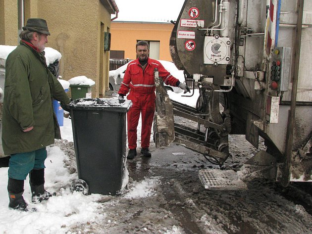 Popeláři nemají v zimě snadnou práci. K obtížím profese patří například překonávání sněhových bariér. Na snímku jsou Rudof Přibyl a Stanislav Ulman.