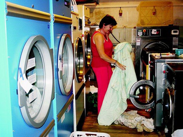 NEVYUŽITÉ prostory hotelu Bílý lev našly uplatnění. Pro tam vznik- lou prádelnu by však bylo třeba víc místa. Na snímku je zachycená při práci Jana Šelmátová.