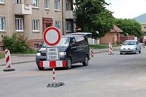Pohyb motoristů po Rokycanech komplikuje rekonstrukce jedné z  tepen – ulice B. Němcové. Ačkoli je už dlouho potřebná, v souvislosti s dalšími uzavírkami ztěžuje řidičům situaci.