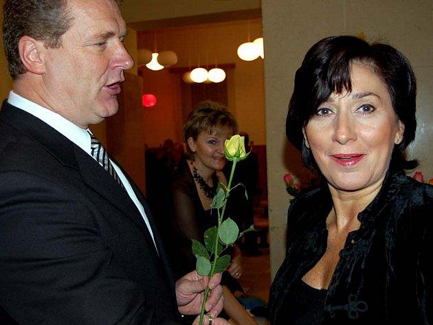 Vladimír Lisner se při sobotním sokollském plesu v Rokycanech ujal předávání květin. Růže potěšila i Věru Maškovou.