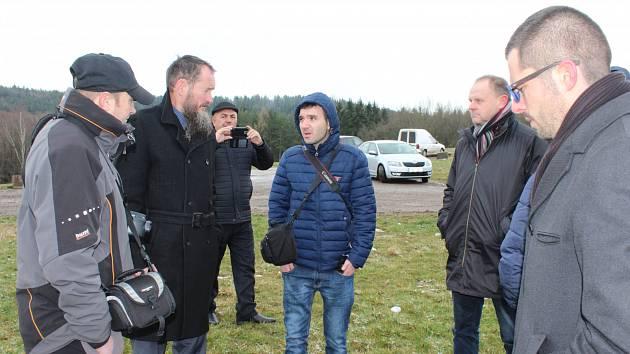 V NĚMČIČKÁCH to včera na vrcholu obří skládky citelně profukovalo a hostům z Tádžikistánu (na snímku uprostřed) byla zima. Lépe snášeli podmínky domácí zprava místostarosta Jan Šašek, vedle něho je představitel Rumpoldu Pavel Černý a vlevo Josef Hůza.