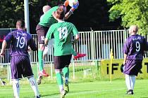 Jan Vild, bývalý gólman FC Rokycany, válí v této sezoně za Mýto. Proti exspoluhráčům se několikrát při derby vytáhl. V tomto momentu sebral míč z Procházkovy hlavy.  Zády s číslem 19 je Veverka a s číslem 9 Petr Štych.