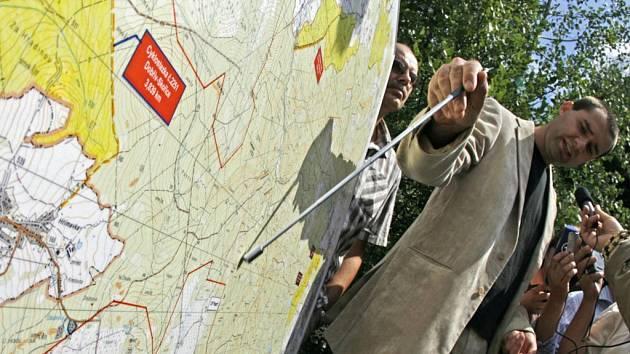 Mluvčí ministerstva obrany Andrej Čírtek ukazuje na mapě, kde by měl radar stát.