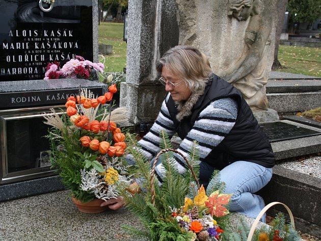 Stejně jako řada dalších lidí po celé republice i Marie Kašáková přišla v Rokycanech uctít památku svých předků a nazdobit místo jejich posledního odpočinku.