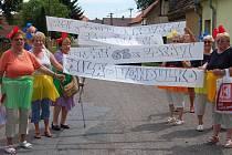 Členky Onko klubu Rokycany po poledni prošly centrem Tění. Narušily poklidnou atmosféru svým oblečením i děleným transparentem, s nímž došly až k oslavenkyni Vendule Toncarové.