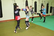 ROKYCANŠTÍ VYZNAVAČI  thajského boxu (vpředu jsou Barbara Parýzková a Lucie Aubrechtová) se připravují na sobotní mezinárodní turnaj v hale SKB.