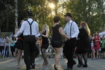 SOUČÁSTÍ BENÁTSKÉ NOCI v Borku byla v sobotním podvečeru produkce salsy. Několikrát sice museli tanečníci začínat znovu kvůli výpadkům hudebního doprovodu, ovšem ovace sklízeli i tak bouřlivé.