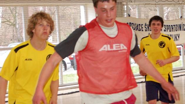 Rokycanští gymnazisté (ve žlutém) si v domácím prostředí vedli nejlépe při okresním finále středních škol v basketbalu.