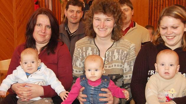 V Kamenném Újezdě oprášili tradici. Vítání občánků se v sobotu týkalo Šimona Kozlera, Anny Zimčíkové a Vojtěcha Pecha (zleva).